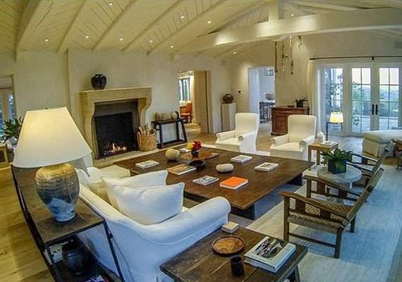 A nappali igazán tágas, rengeteg vendég elfér benne. A kiegészítők miatt otthonos, ugyanakkor minden modern szükségletet kielégítő.