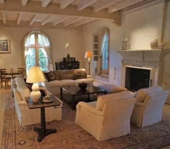 A fényűző lakosztály legszebb pontja a nappali, amelyben egy hatalmas és értékes kandalló is található.