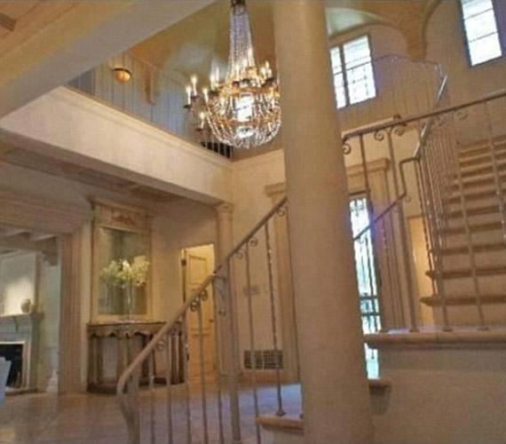 Az épületben hat hálószoba és öt fürdőszoba is található, ezekhez a helyiségekhez klasszikus lépcsősor vezet, melynek középpontjában egy gyönyörű csillár lóg.