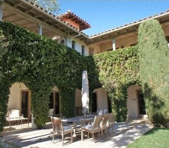 A kert szépségét a buja növényzet adja, mely elrejti a nagyvilág elől a luxusotthont.