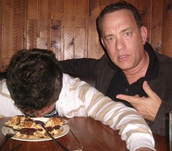 A fiú feje majdnem beleért a pizzába.