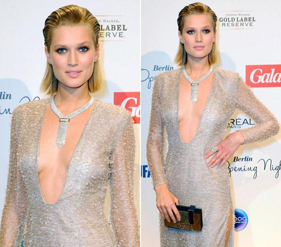 A pezsgőszín ruha Hugo Boss 2013-as őszi kollekciójának egy darabja. Hozzá egy nyakkendőre emlékeztető nyakláncot és aranyszínű retikült választott.