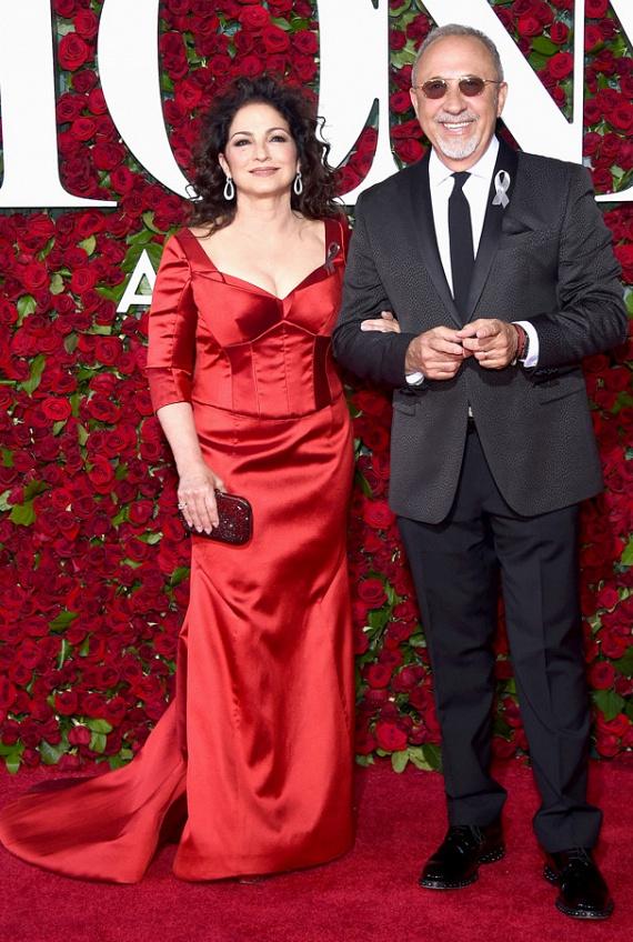 A latin zene koronázatlan királynője, a Grammy-díjas énekesnő, Gloria Estefan, aki melltartót sem húzott tűzpiros ruhája alá. Nem csoda, hogy minden szempár rászegeződött. Az est egyik előadója férjével, Emilio Estefannal érkezett.