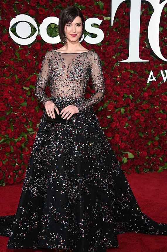 A horrorfilmek egyik sztárja, Mary Elizabeth Winstead színésznő sötét színű kreációja hercegnősre, egyben merészre sikeredett. A ruha felső részét csupán egy kis flitter takarta.