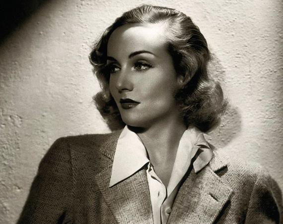 Carole Lombard: az 1908-ban született gyönyörű szőke színésznő romantikus hősnőként futott be Clark Gable oldalán - 1939-ben hozzá is ment feleségül -, de komédiákban is brillírozott. A finom família című filmért még egy Oscar-jelölést is begyűjtött 1937-ben. A második világháború idején fellépéseket vállalt az USA-ban, hogy így gyűjtsön pénzt a háborús kötvényekre. Egyik ilyen útjáról hazafelé tartva zuhant le a repülőgépe 1942. január 16-án, minden utas meghalt. Csak 33 éves volt.