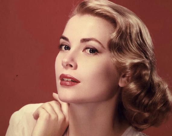 Grace Kelly: a gyönyörű amerikai színésznő 1929-ben született, két alkalommal dolgozott együtt Hitchcockkal, az Oscart pedig 1954-ben vihette haza egy alkoholista feleség megformálásáért a The Country Girl című filmben. Miután hozzáment Rainier monacói herceghez, felhagyott a színészettel. Tragikus autóbalesete vetett véget életének 52 éves korában.