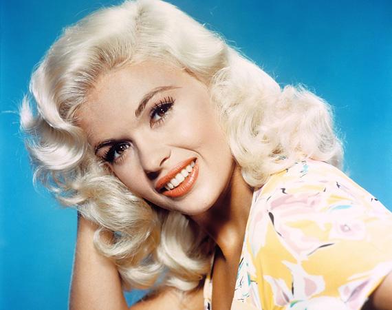 Jayne Mansfield: az 1933-ban született szőkeségre leginkább színészi tehetséget nem igénylő bombanőszerepek találtak, amire ő is rátett még egy lapáttal, mivel előszeretettel villantotta kebleit nyilvános rendezvényeken. Háromszor ment férjhez, második férje volt Mickey Hargitay, tőle született Mariska Hargitay, aki maga is színésznő lett. Szerelmével, sofőrjével, valamint három gyerekével a hátsó ülésen egy tévés interjúra indult Buickjával 1967. június 29-én, amikor belehajtottak egy traktorba. A felnőttek azonnal meghaltak, a gyerekek kisebb sérülésekkel megúszták. 34 éves volt.