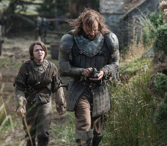 Arya - Maisie Williams - és a Vérebnek vagy Kutyának nevezett Sandor Clegane - Rory McCann.
