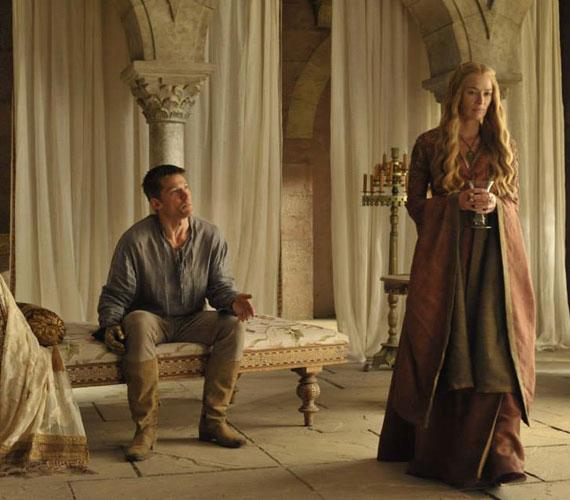 Jaime Lannister - Nikolaj Coster-Waldau - immár rövid hajjal és arany kézzel, valamint ikertestvére Cersei - Lena Headey.