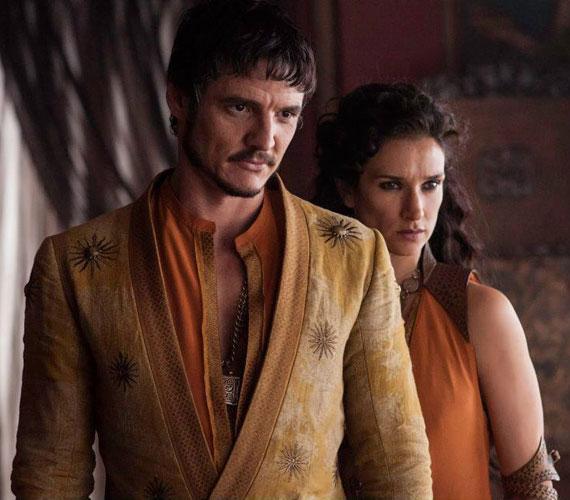 A rajongók nagy örömére a negyedik évadban végre megjelenik a Vörös Vipera. Oberyn Martell - Pedro Pascal - a fotón szeretőjével, Homok Ellariával - Indira Varma - látható.