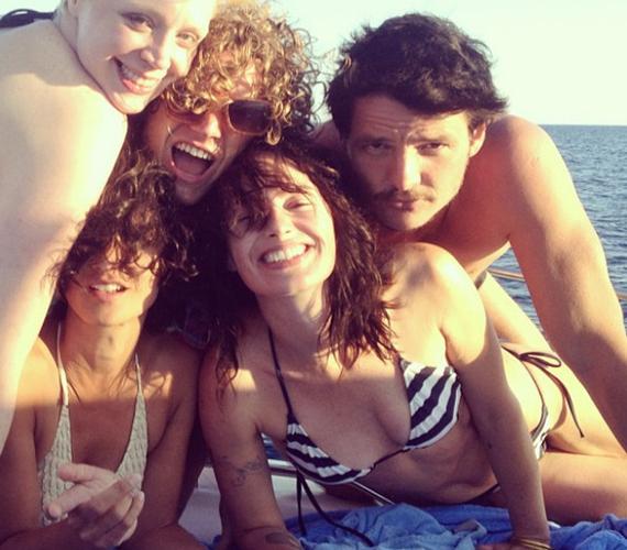A csapat Horvátországban pihente ki a forgatás fáradalmait. A képen: Brienne, Loras, Oberyn és Cersei látható.