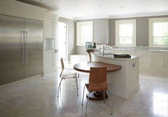 A konyhában egy hatalmas hűtő is helyet kapott, ami egy kisebbfajta garzon méreteivel dicsekedhet.