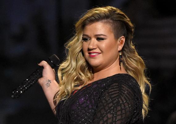 """Kelly Clarkson dundisága elégge periódikus jellegű, ugyanis életmódjában mindig beáll a jojóeffektus.""""Van, hogy belenézek a tükörbe és azt mondom, ennyi, kész, nincs tovább. Nyomás a futógépre és salátázni Kelly, mert kövér vagy. Máskor csak végigsimítom a kezem magamon és elégedetten biccentek, hogy igen, ma épp szeretem a testemet. Voltam már 50 kilós és 100 kilós is, ahogy éppen jól érzem magam. De ez egyedül az én döntésem, senki másé.""""- nyilatkozta az énekesnő."""