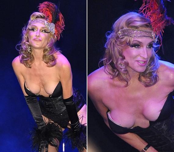 A 48 éves színésznő New York-i szereplése emlékezetesen pikánsra sikerült, mellbimbóit éppen csak takarta a jelmez.