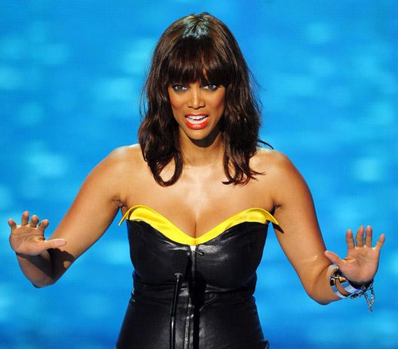 Tyra Banks díjátadóként vett részt a gálán, láthatóan remekül érezte magát a bőrében - és a bőrruhában.