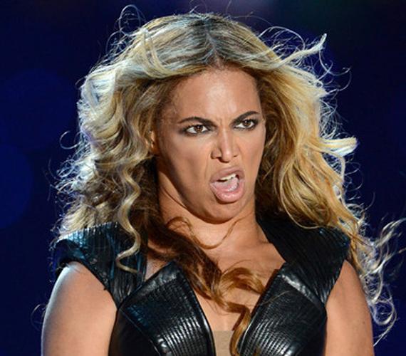 Az énekesnő annyira beleélte magát koncertjébe, hogy elfelejtette kontrolálni mimikáját.