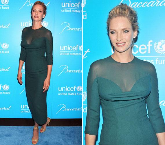 Uma Thurman az UNICEF rendezvényén nagy meglepetést okozott sokat láttatni engedő Versace-ruhájában.