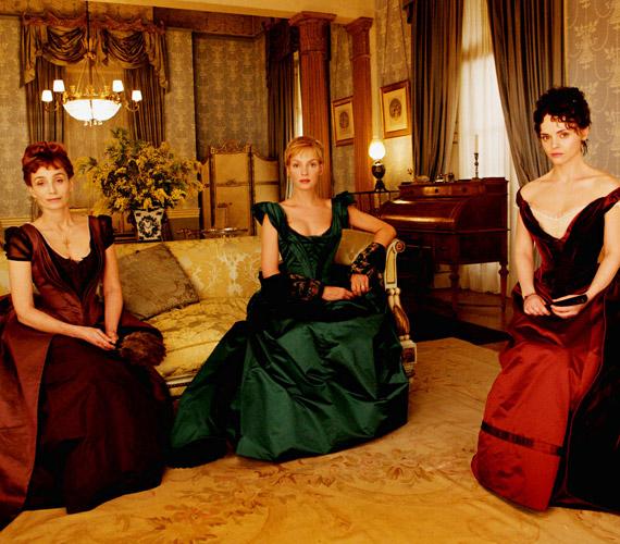 Filmbeli ellenfeleivel, Kristin Scott Thomasszal és Christina Riccivel korabeli ruhákban pompáznak.
