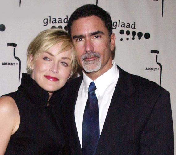 1998-ban Sharon Stone minden barátját meginvitálta egy kis Valentin napi buliba a Benedict canyon-béli házába - és csak ott derült ki, hogy esküvőre voltak hivatalosak, a színésznő hozzáment Phil Bronstein lapigazgatóhoz. Hat évig tartott a szerelem, 2004-ben váltak el.