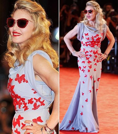 Madonna  A pop nagyasszonya félelmetesen kisimult arccal és filmcsillaghoz illő eleganciával jelent meg Velencében. A pillangós Vionnet-estélyibe öltözött énekesnő legújabb filmje, a W.E. premierjére érkezett a fesztiválra. A VIII. Edwardról és szerelméről szóló drámát maga az énekesnő írta és rendezte, a főbb szerepeket pedig Abbie Cornishra, James D'Arcyra és Oscar Isaacre osztotta.  Kapcsolódó cikk: Hiszen még csak 14 éves! Madonna lányát szakadt forrónadrágban fotózták »