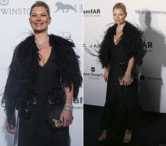 A modell Kate Moss ugyancsak egy különleges anyagok kombinációjával elvarázsoló Marc Jacobs darabban jelent meg.