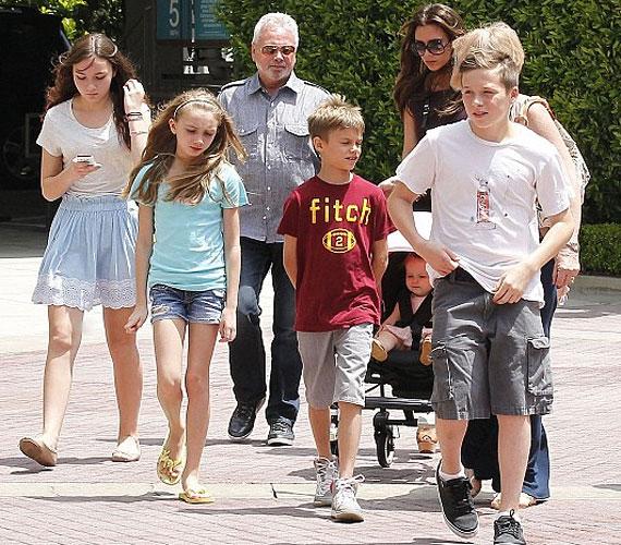 Családi kiruccanás: az énekesnőt Harperen kívül két fia, Brooklyn és Romeo, szülei, Jacqueline és Tony, valamint két rokon kislány is elkísérte.