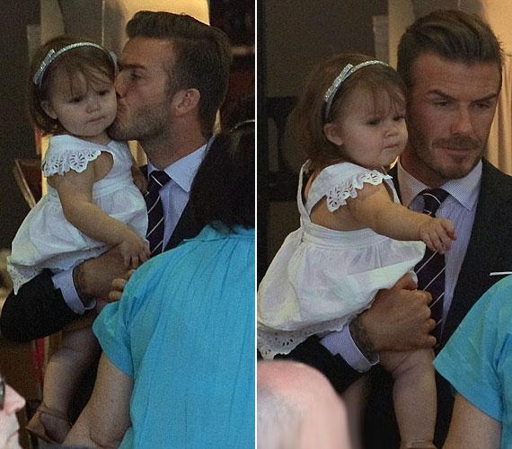 David Beckham egy focimeccsről hazafelé tartva elhalmozta szeretetével a fehér ruhácskába bújtatott csöppséget.