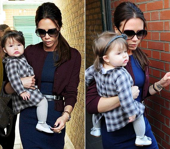 A kis Harper hajpántja természetesen színben is harmonizált ruhácskájával.