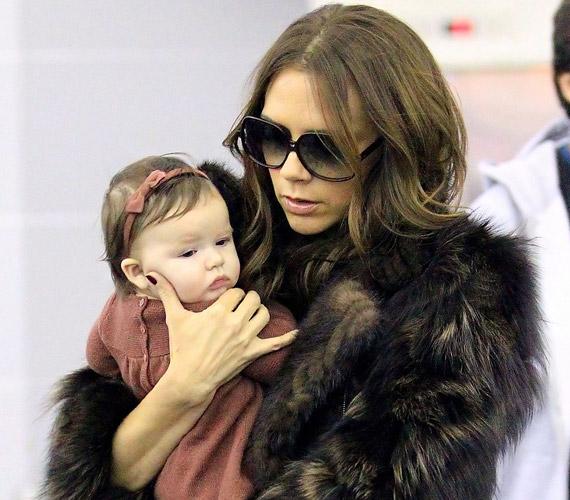 A cuki kisbabát a széltől is óvja világsztár édesanyja.