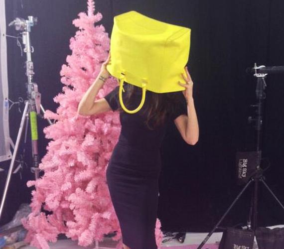 Egy hatalmas, sárga táskával a fején bohóckodott a karót nyelt Victoria Beckham.