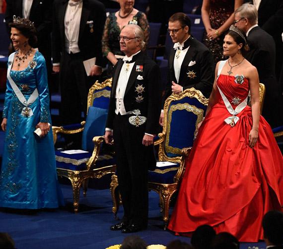 Szilvia svéd királyné,XVI. Károly Gusztáv svéd király és Viktória hercegnő a Nobel-átadón.