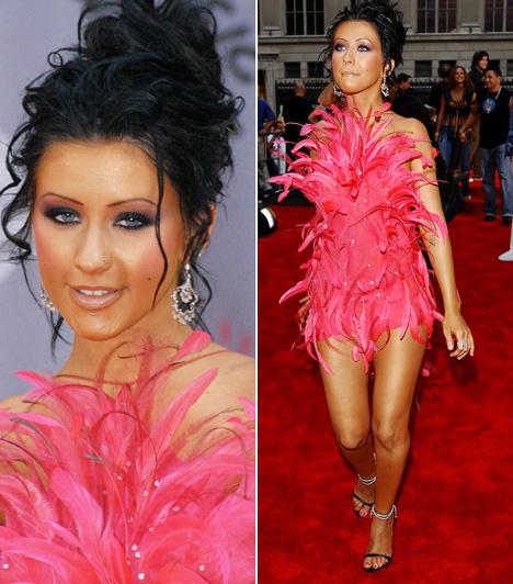 Christina Aguilera  Christina Aguilera zenei karrierje jelenleg mélypoton van, de nem volt ez mindig így. Sőt, Lady GaGa előtt ő volt a zenei gálák és vörös szőnyeges felvonulások legfőbb attrakciója - a 2003-as VMA-gálán például egy pink tollakból készített Roberto Cavalli-ruhában keltett feltűnést.  Kapcsolódó cikk:  Dundin is bevállalta! Christina Aguilera szemérmetlenül sokat mutatott magából »