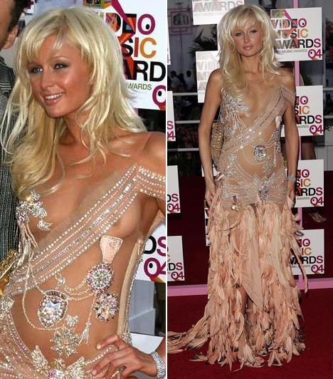 Paris HiltonA Hilton-örökösnő 2004-ben Heiress Records néven lemezkiadót alapított, ahol első körben rögtön saját lemezét jelentette meg. Bár Paris popelőadói pályafutása csúfos kudarccal ért véget, az az évi VMA-gálán azért felvonult. Mivel hangjával nem tudta felhívni magár a figyelmet, bevetette női bájait: mindenki megrökönyödésére gyakorlatilag meztelenül jelent meg a vörös szőnyegen.