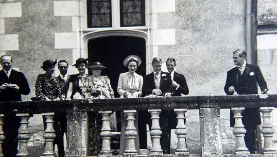 Az esküvő jóval szerényebb volt, mint a királyi esküvők általában - Wallis Simpson pedig nem fehér, hanem halványkék ruhát viselt a nagy napon.