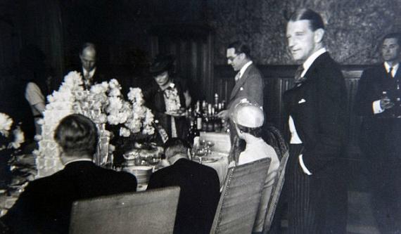 A nászútjuk is Franciaországban zajlott, az újdonsült házaspár egy barátjuk, Charles Bedaux kastélyában vendégeskedett, hogy elbújjanak a sajtó elől.