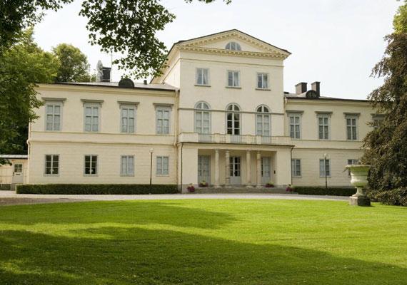 A Haga-kastély 1805-ben épült az itáliai villák stílusában. A svéd kormány 2009. április 23-án döntött el, hogy az épület szolgál majd Viktória hercegnő és Daniel Westling otthonául.