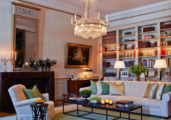 A könyvtárszobában egy harmincas évekből származó kandalló adja a meleget. A krémszín, a zöld és a könyvek révén a bordó uralja a helyiséget, melynek impozáns eleme a kristálycsillár.