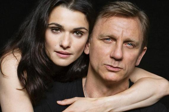 Daniel Craiget azonnal levette a lábáról George Weisz magyar feltaláló lánya, Rachel Weisz. Évekig csak barátként szerették egymást, de amikor mindkettejük válását kimondták, szabad volt az út a szerelmük előtt.