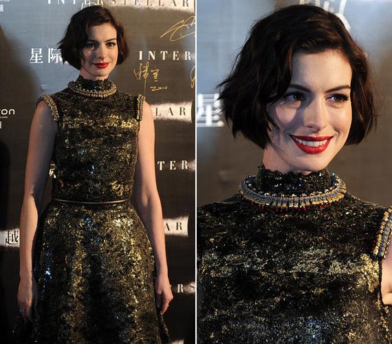 Anne Hathaway-t Sanghajban fotózták november 10-én a Csillagok között kínai premierjén, a színésznő szintén a Chanel kollekciójából választotta ki ezt a zöld, kövekkel kirakott, klasszikus szabású ruhát.