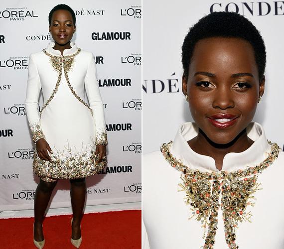 Lupita Nyong'o november 10-én jelent meg a Glamour 2014 Women Of The Year gáláján New Yorkban, a Carnegie Hallban ebben a csodaszép, kövekkel kirakott Chanel ruhában, melyet hozzáillő térdnadrággal egészített ki. A hófehér ruha gyönyörűen illet a bőréhez is, nem csoda, ha a fotósok kedvelt célpontja volt.