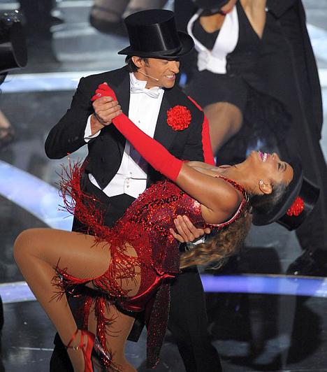 Beyoncé  Azért nem mindenki villantókirálynő - ám náha a szolidabb sztárokkal is előfordulhat, hogy túl sokat mutatnak. Mint Beyoncé, aki a 2009-es Oscar-gálán perdült táncra Hugh Jackmannel. Ruhája azonban nem bírta a kiképzést, ezért millió álszent amerikai hördült fel, amikor véletlenül kibukkant fél mellbimbója.