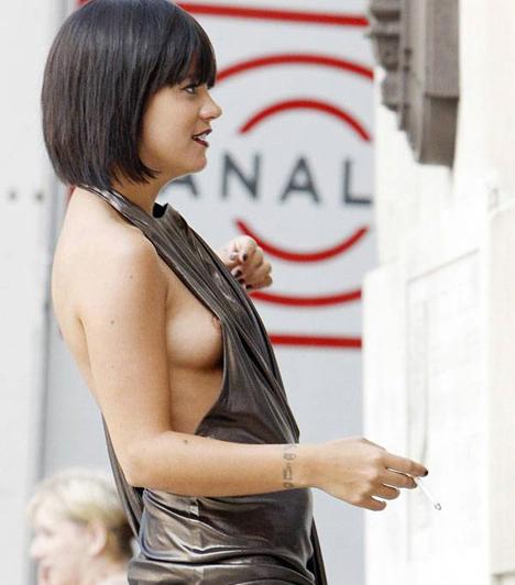 Lily Allen  Köztudott, hogy a britek üdvöskéje nincs jó barátságban a melltartókkal, így aztán gyakran rajtakapják kukucskáló keblekkel - mind az utcán, mind a színpadon.