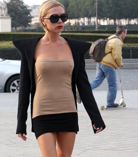 Victoria Beckham  A dúsgazdag és újabban divattervezőként tetszelgő focistafeleség mellméretének növekedését, majd csökkenését remekül végig lehetett követni, hiszen a sztár szinte kellékként használja öltözködésében kebleit.  Kapcsolódó cikk: Nem fogsz ráismerni! Victoria Beckham drámaian megváltozott »