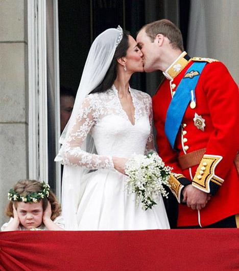 A legviccesebb esküvői kép  Minden bizonnyal a tömeg hangos ujjongása zavarta a kis Margaretet, aki jobbnak látta a füleire tapasztani kezeit, de az arcáról is leolvasható, mennyire élvezi a helyzetet.  Kapcsolódó képgaléria: Kate Middleton élete képekben »