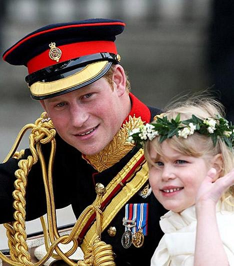 Harryvel a hintón  Harry Edward herceg kislányával, Lady Louise Windsorral üdvözölte a tömeget - le se tagadhatnák, hogy rokonok.  Kapcsolódó cikk: Vilmos és Harry herceg, ahogy még senki sem látta őket »