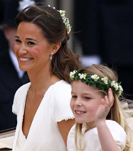 Pippa, a koszorúslányok élén  A koszorúslányokat a menyasszony húga, Pippa Middleton vezette, aki hintón érkezett a kicsikkel. A képen Grace integet mellette.  Kapcsolódó képgaléria: Vilmos és Kate esküvőjének legszebb pillanatai »