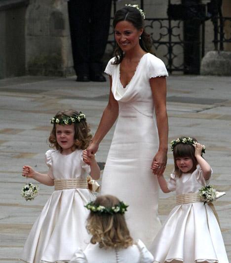 Kis angyalok kísérték  Pippa vitte nővére fátylát, őt pedig négy szöszi leányzó kísérte - mindegyikük a menyasszonyéval harmonizáló fehér ruhát viselt.  Kapcsolódó képgaléria: Vilmos és Kate esküvőjének legfeltűnőbb ruhakölteményei »
