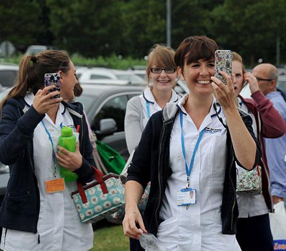 A kórházban dolgozó nővérek az udvarra szaladtak, és vigyorogva fotózni kezdték Vilmos herceget.