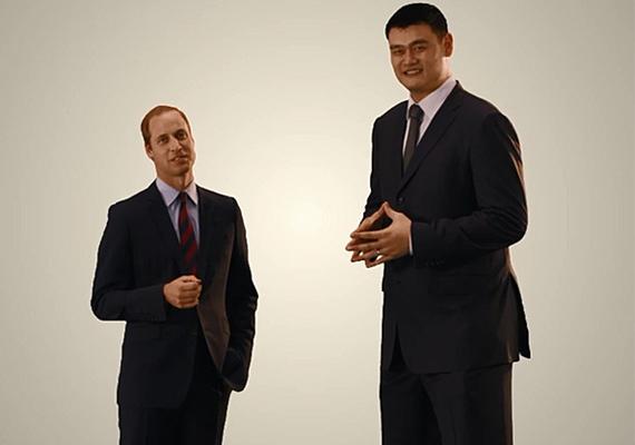 A két híresség is nagyot nevetett a róluk készült fotókon, Yao Ming szinte óriásnak tűnik Vilmos mellett.
