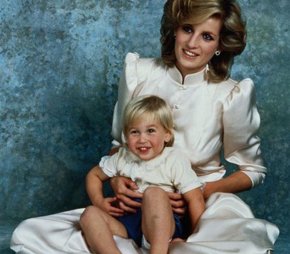 Diana és Vilmos 1984-ben egy hivatalos fotózáson. A néhai hercegnő imádott a fiával foglalkozni, sok időt töltöttek a kisfiú Kensington-palota-beli játszószobájában.